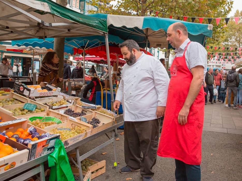 Juan Carlos Ferrando durante uno de sus paseos por el mercado de Hondarribia.