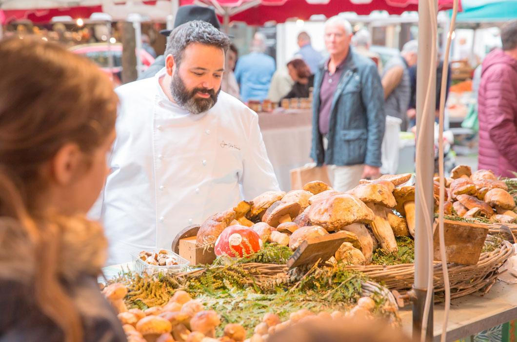 Juan Carlos Ferrando observando el género para la cocina de su restaurante en Logroño