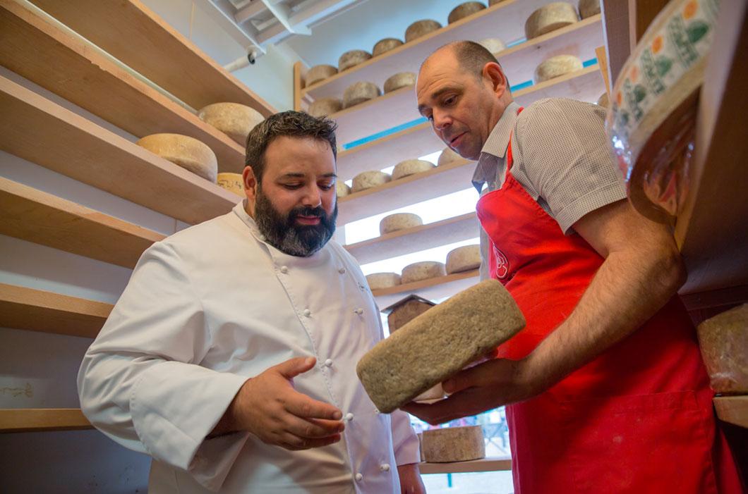 Juan Carlos Ferrando apreciando la variedad de quesos de Hondarribia.